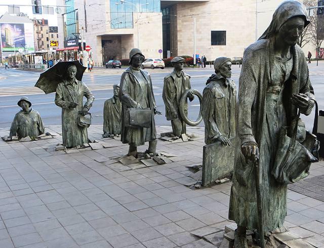 現代アートのオブジェ:コンクリートブロックを突き破って誕生する、怪しげな集団