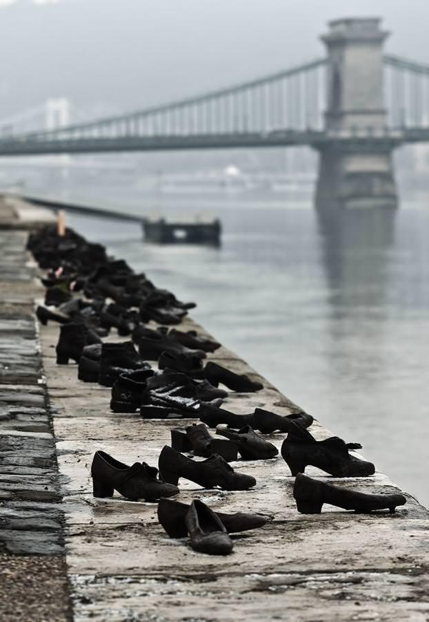 現代アートのオブジェ:川辺に大勢の靴だけが・・・