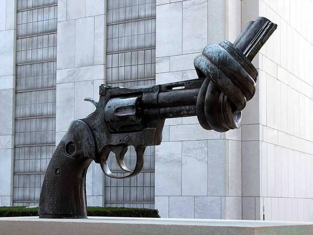 現代アートのオブジェ:鉄砲反対!