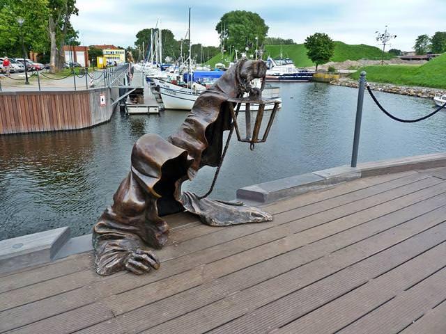 現代アートのオブジェ:海から死神現る!