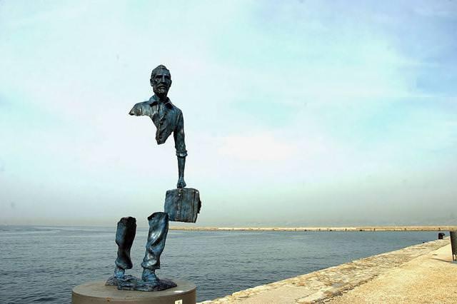 現代アートのオブジェ:腰や胴体が無いのに立っている?!