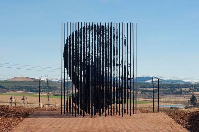 現代アートのオブジェ:棒の中に人の横顔が浮かび上がる!