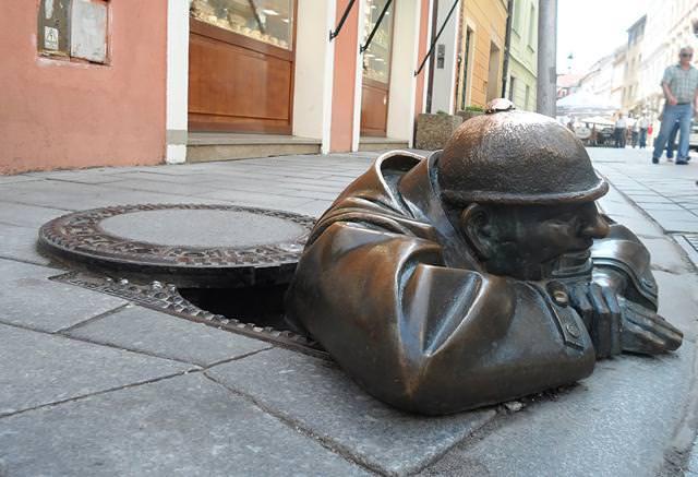 現代アートのオブジェ:マンホールから出てくる厳つい男