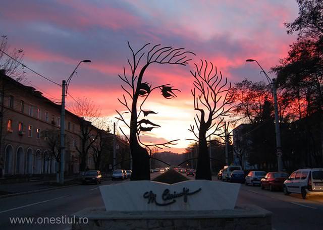現代アートのオブジェ:枯れ葉と樹の枝から人の横顔が浮かび上がる!