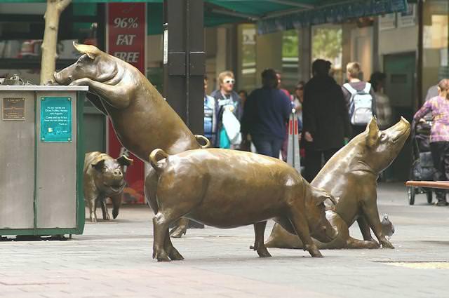 現代アートのオブジェ:街中で餌を探し求める豚の親子