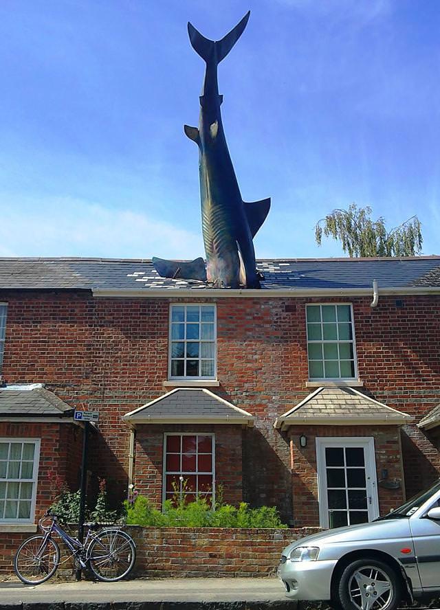 現代アートのオブジェ:サメが屋根に刺さった家