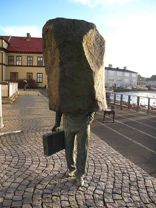 現代アートのオブジェ:岩に顔が挟まって抜けない〜!