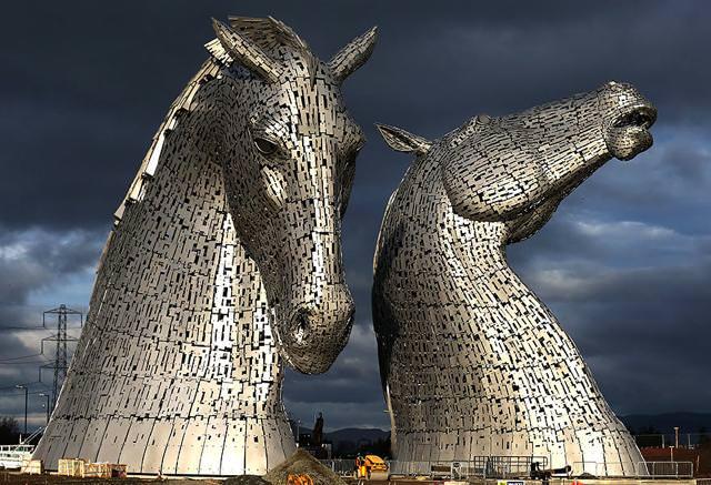 現代アートのオブジェ:ピカピカ光る、二頭の馬