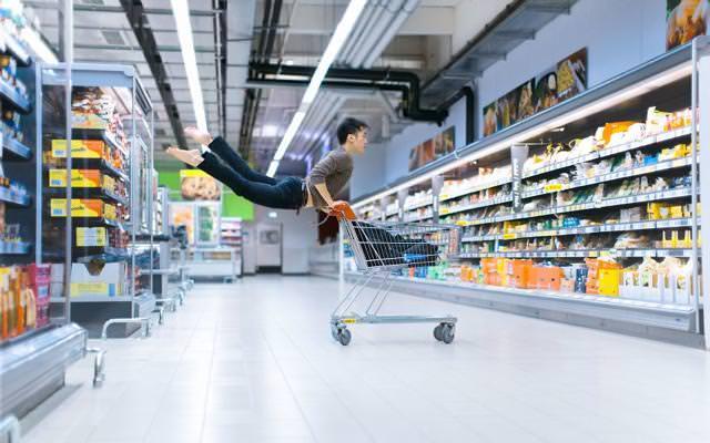 ショッピングカートの上で、エビ反りジャンプ!