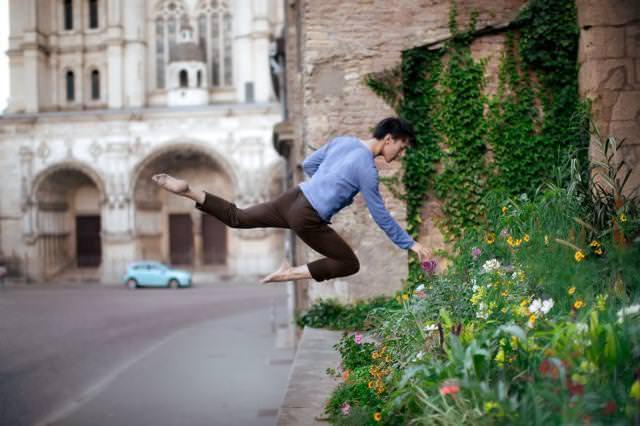 花壇に咲いている花を目掛けてジャンプ!
