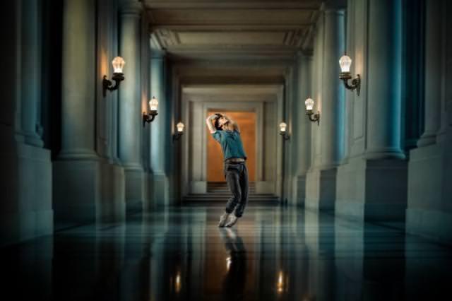 宮殿の中で、つま先立ちでポーズ!