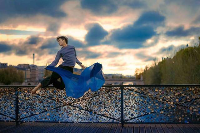 橋の上でジャンプして、自分に酔いしれているポーズ!