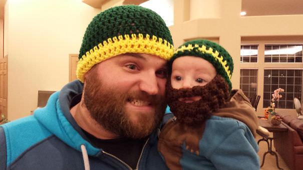 父親そっくり:お揃いの帽子&ヒゲ