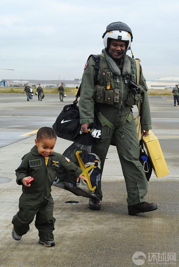 父親そっくり:パパと同じ海軍の制服を着る少年