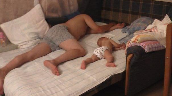 寝ているポーズがそっくりのパパ&赤ちゃん