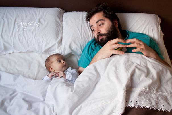 仕草がパパそっくりな赤ちゃん