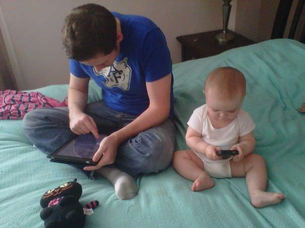 ゲームをやる仕草がパパそっくりな赤ちゃん