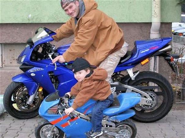 父親そっくりにバイクを乗りこなす少年