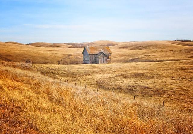 草原の中にたたずむ家(カナダ-アルバータ州)