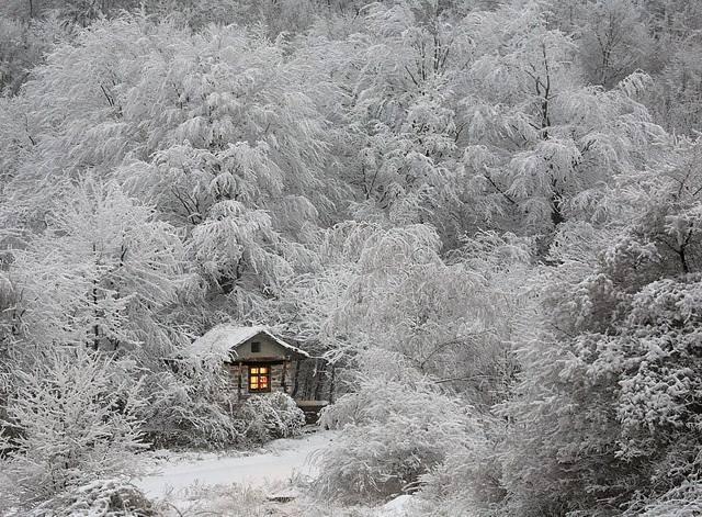 雪山にポツンとたたずむ家