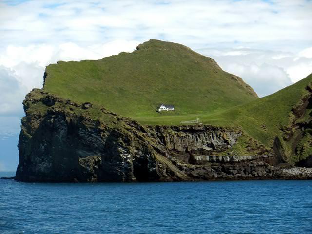島にポツンと1つだけ存在する家(アイスランド-ヘイマエイ島)