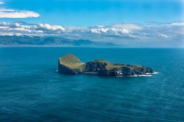 広大な島に唯一存在する家(アイスランド-ヘイマエイ島)