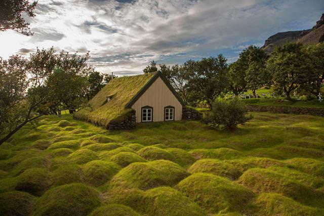 森にポツンとたたずむ家(アイスランド-Hofskirkja)