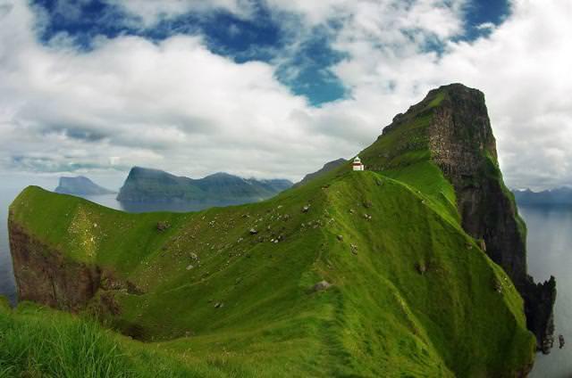 崖の上にポツンとたたずむ家(フェロー諸島-Trøllanes)