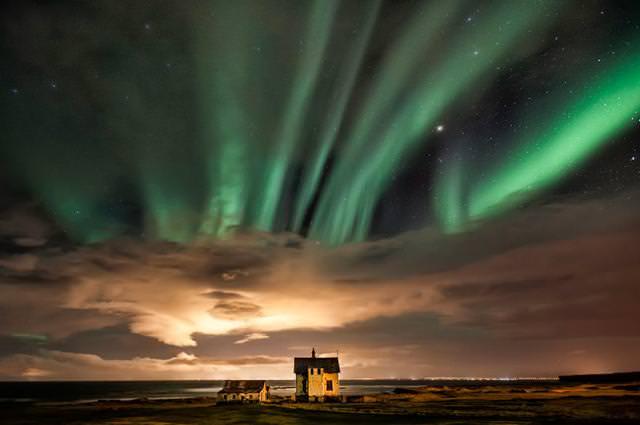 地平線が見える土地にポツンとたたずむ家(アイスランド-Holmur Reykjanes)