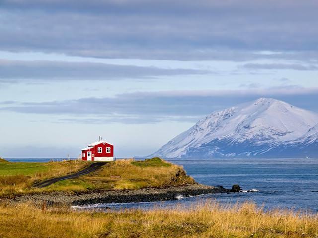 海辺にポツンとたたずむ家(アイスランド)