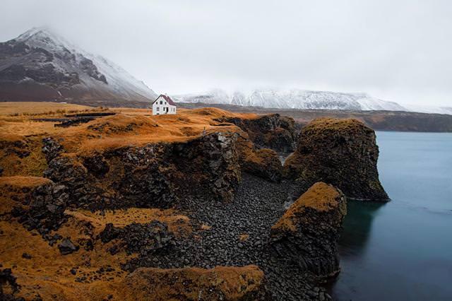 崖の上にポツンとたたずむ家(アイスランド-Arnarstapi)