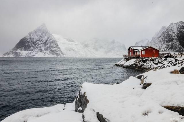 海辺にポツンとたたずむ家(ノルウェー)