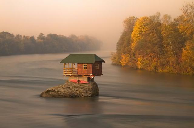 大河の中央にポツンと存在する家(セルビア-ドリナ川)