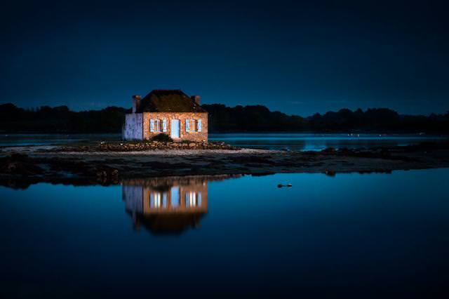 周りを水で囲まれた土地にたたずむ家(フランス-Saint Cado)