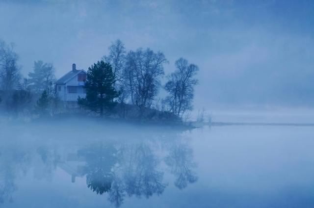 幻想的な湖の中にたたずむ家(ノルウェー-Fog By The Lake)