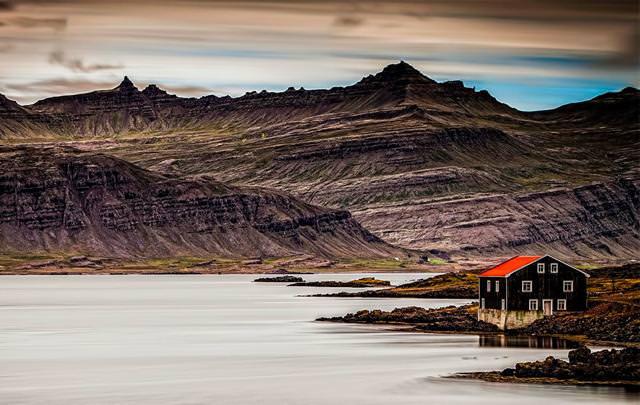 湖畔にポツンとたたずむ家(アイスランド)