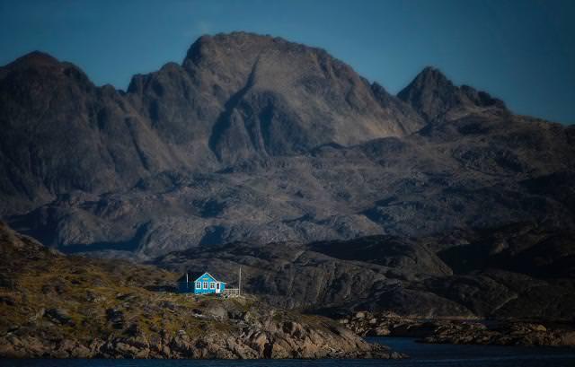 岩山の中にポツンとたたずむ家(グリーンランド-マニートソック)
