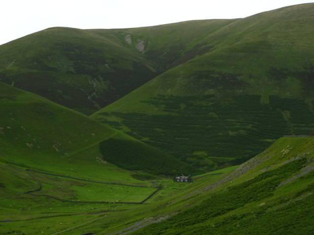 山の麓にポツンとたたずむ家(スコットランド)