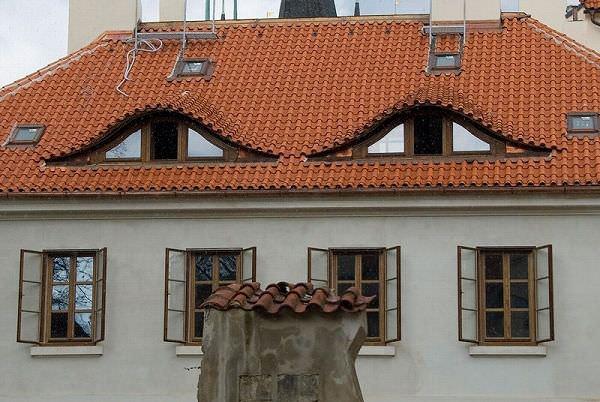 顔に見える家