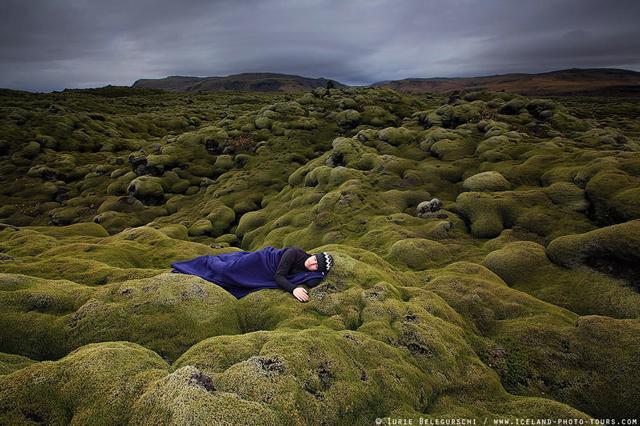 見渡す限りの広々とした大自然の中で眠る男性