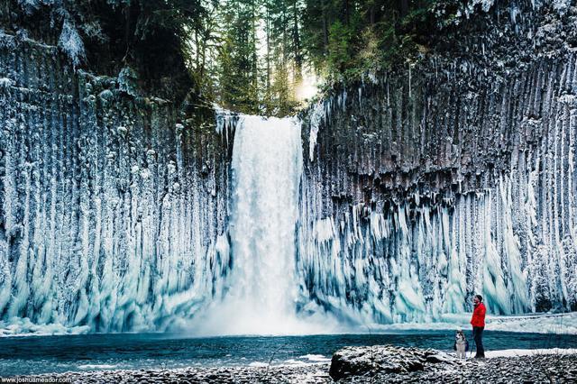 水でできたカーテンのようなアビクア滝(米オレゴン州)