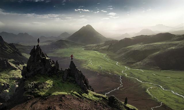 岩山の頂上に立つ命知らずで蛮勇な男性たち