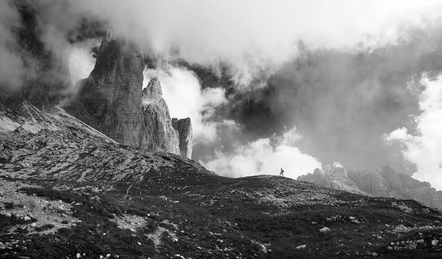 雲の中を歩く人(イタリア・ドロミテ)