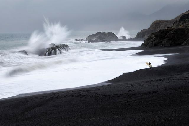 打ち寄せる波の泡が芸術的(米カリフォルニア州-Shelter Cove)