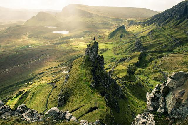 蛮勇:山頂でポーズを取るクレイジーな男性