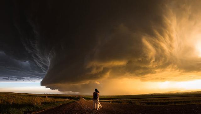 美女と、一本道の遥か向こう側で発生している豪雨