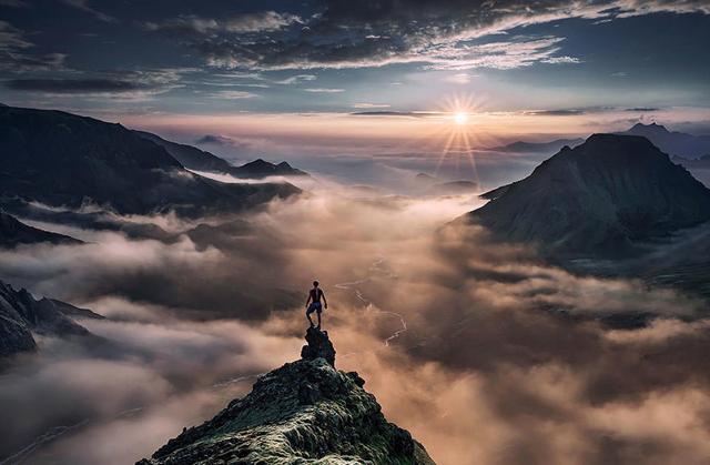 雲の向こう側から登る太陽(アイスランド)