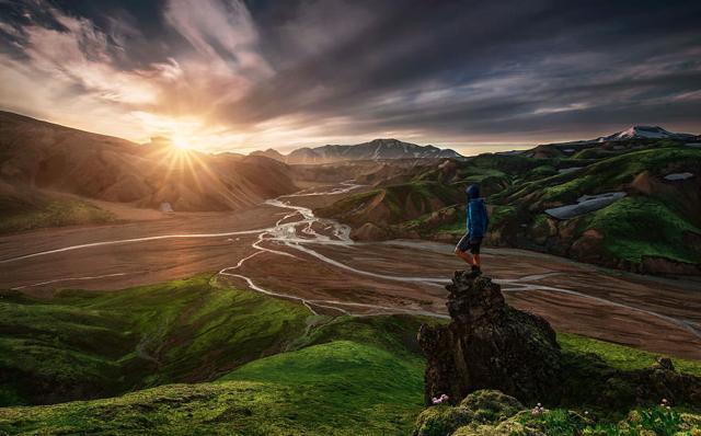 山頂で御来光を眺める男性(アイスランド-ランドマンナロイガル)