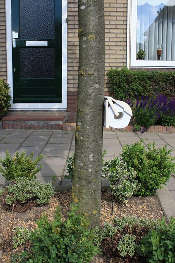 あり得ない合成写真:屋外に備えられた野糞用トイレットペーパー