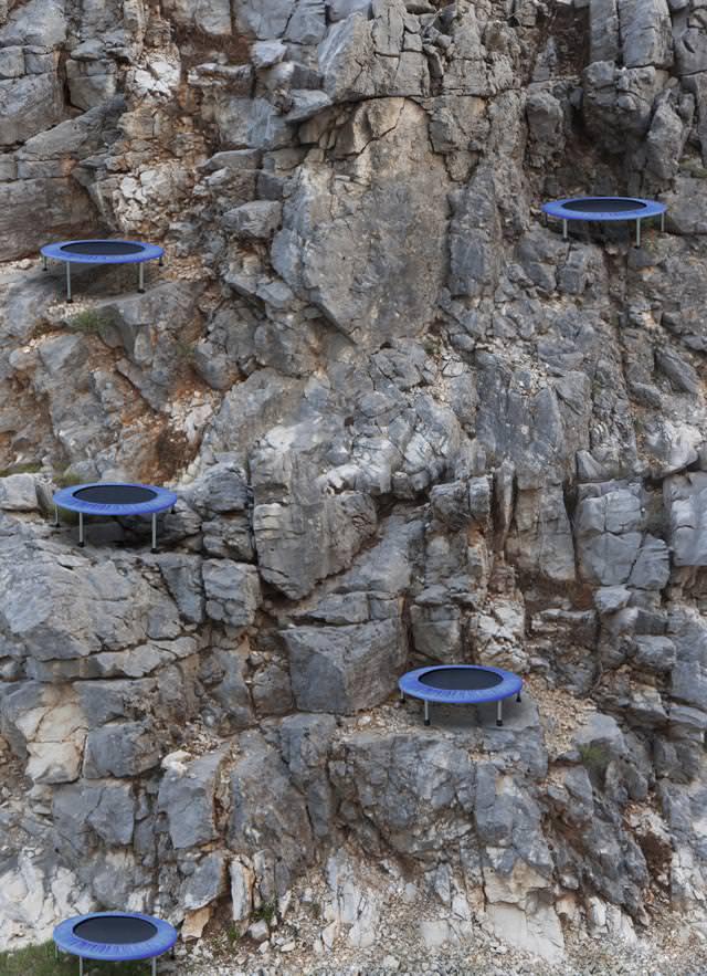 あり得ない合成写真:究極の度胸試し-崖の上のトランポリン